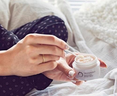 Kem đêm Transino Whitening Repair Cream có tác dụng gì?-3